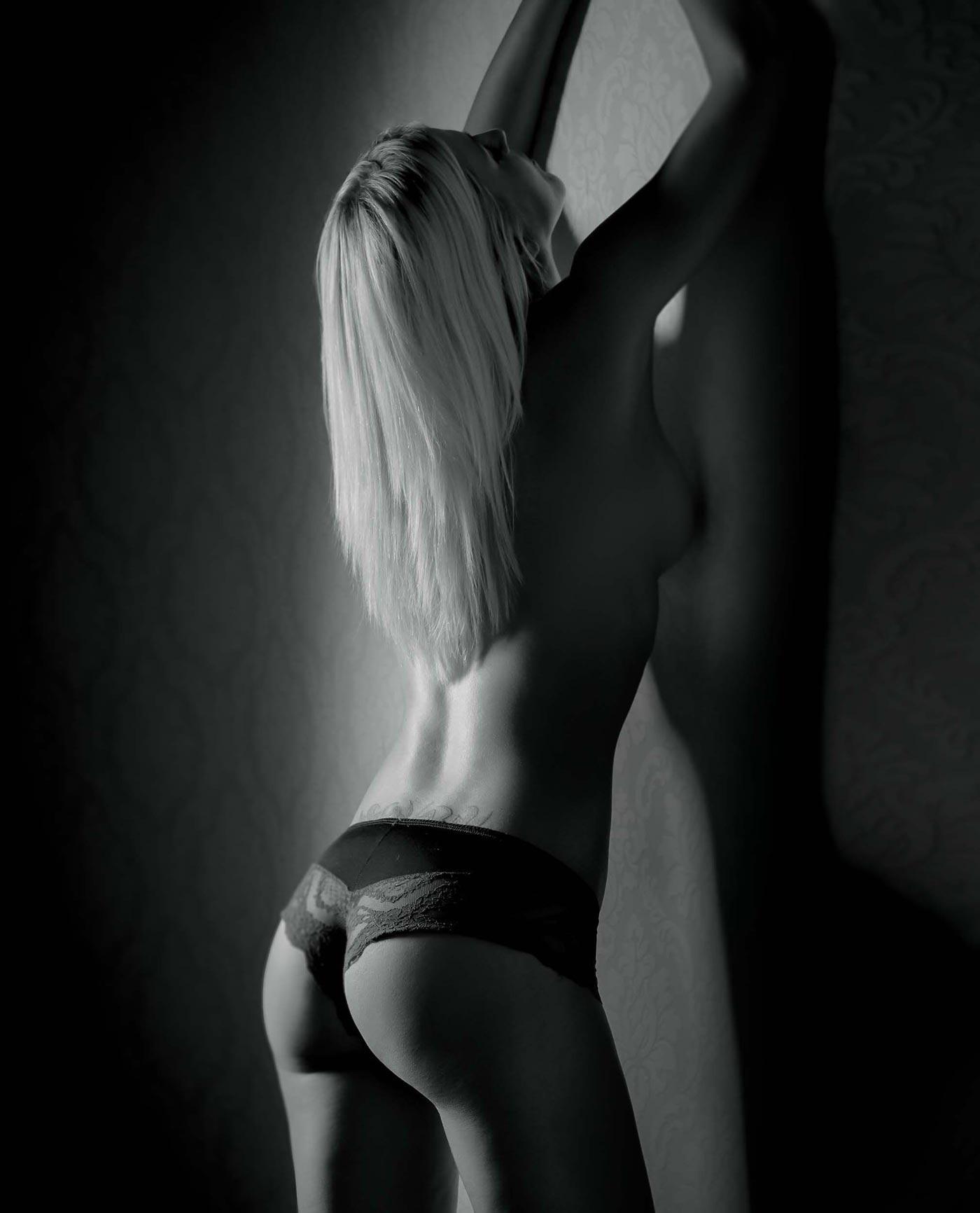 Erotisches Foto einer Frau die nur eine Korsage trägt.