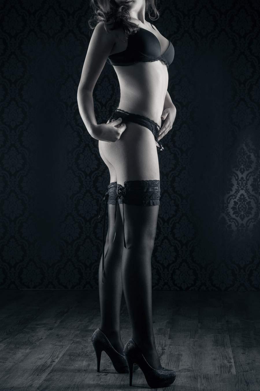 Erotisches Foto einer Frau in Unterwäsche mit High Heels und Strümpfen