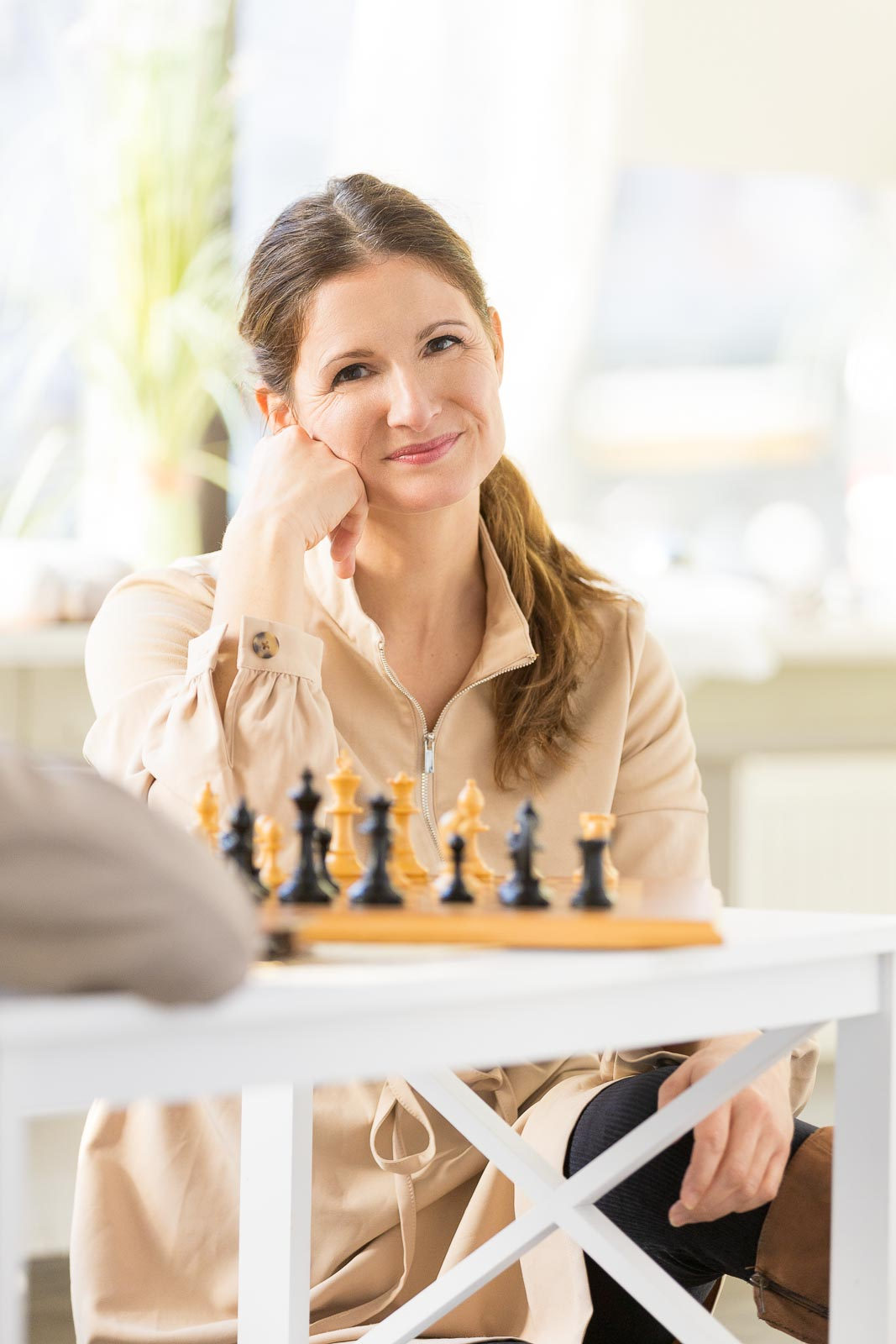 Dating-Foto einer sympathischen braunharigen Frau, die Schach spielt