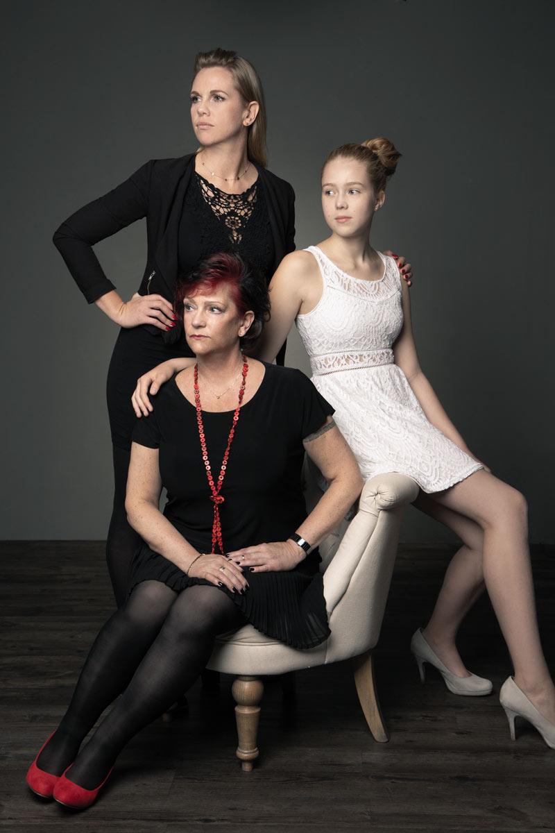 Elegantes und coole Familienfoto von drei Generationen Frauen, Großmutter, Mutter und Tochter