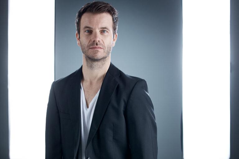 Schauspielerportraits eines jungen Schauspielers in dunklem Anzug und weißem T-Shirt