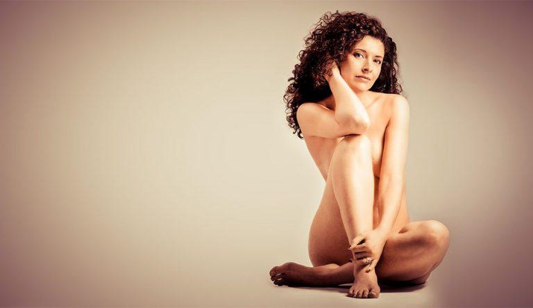 Akt Fotoshooting einer Frau mit lockigen Haaren