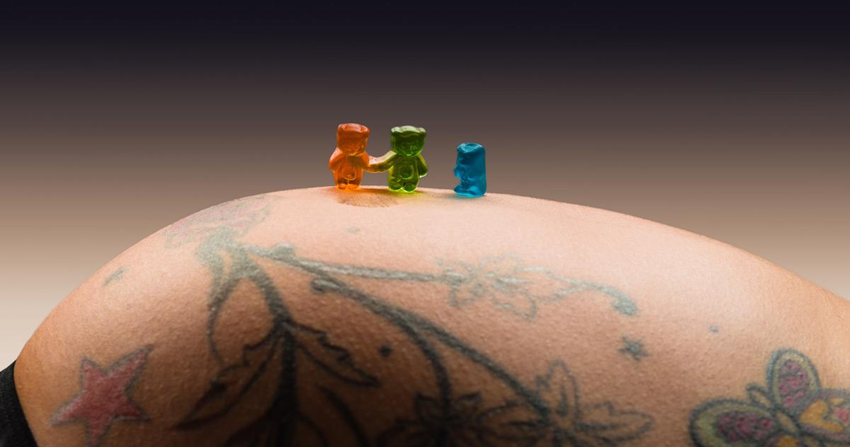 Gummibärchen Familie auf einen schwangeren Babybauch