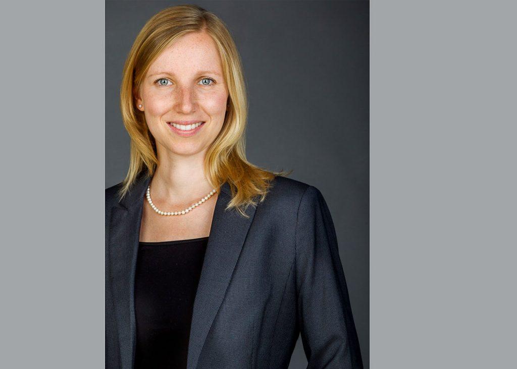 Bewerbungsfotos Berlin - Modernes Bewerbungsfoto einer Frau und langen, blonden Haaren dunkelgrauen Hintergrund vom Fotostudio Farbtonwerk in Berlin Mitte