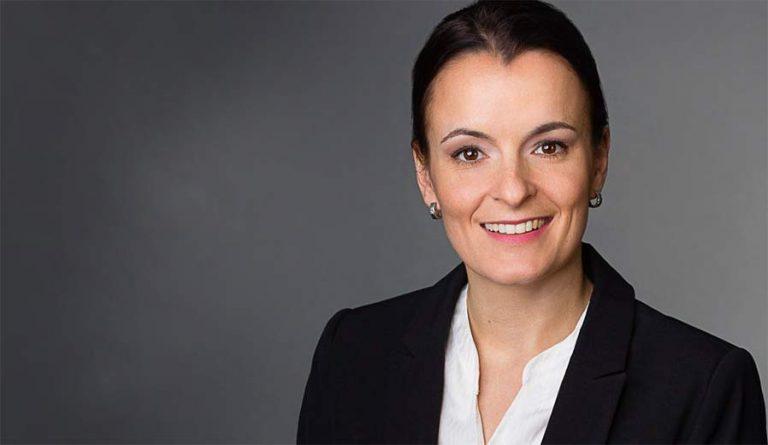 Bewerbungsfotos Berlin - Modernes Bewerbungsfoto einer Frau mit kurzen, dunklen Haaren vor dunklem Hintergrund vom Fotostudio Farbtonwerk in Berlin Mitte