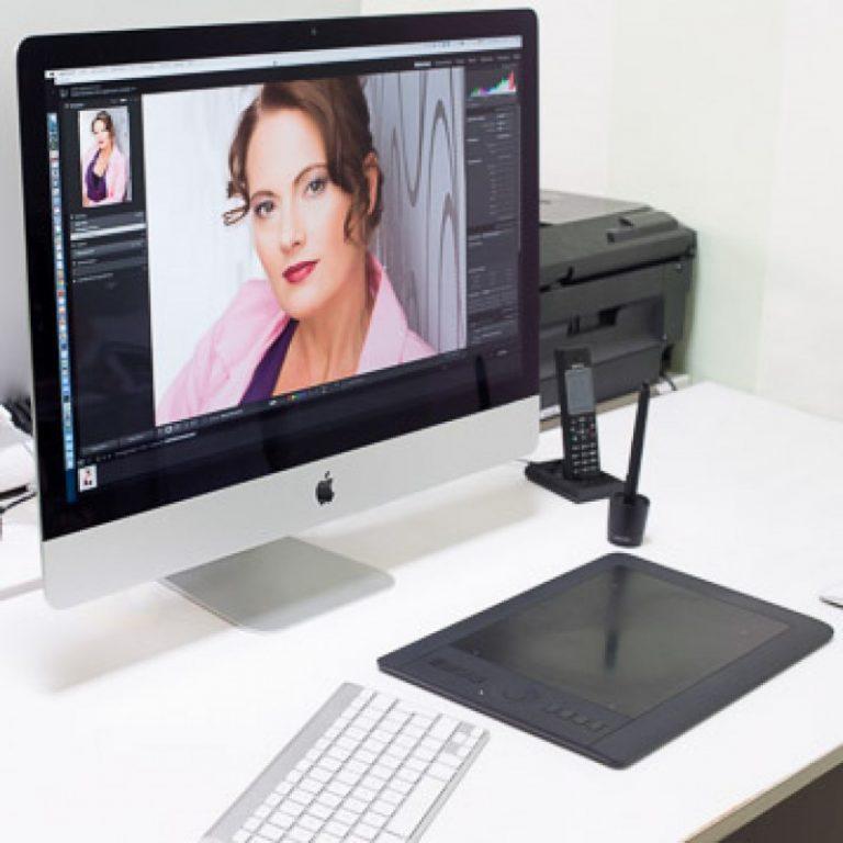 Computer Arbeitsplatz für digitale Bildbearbeitung im Fotostudio Farbtonwerk