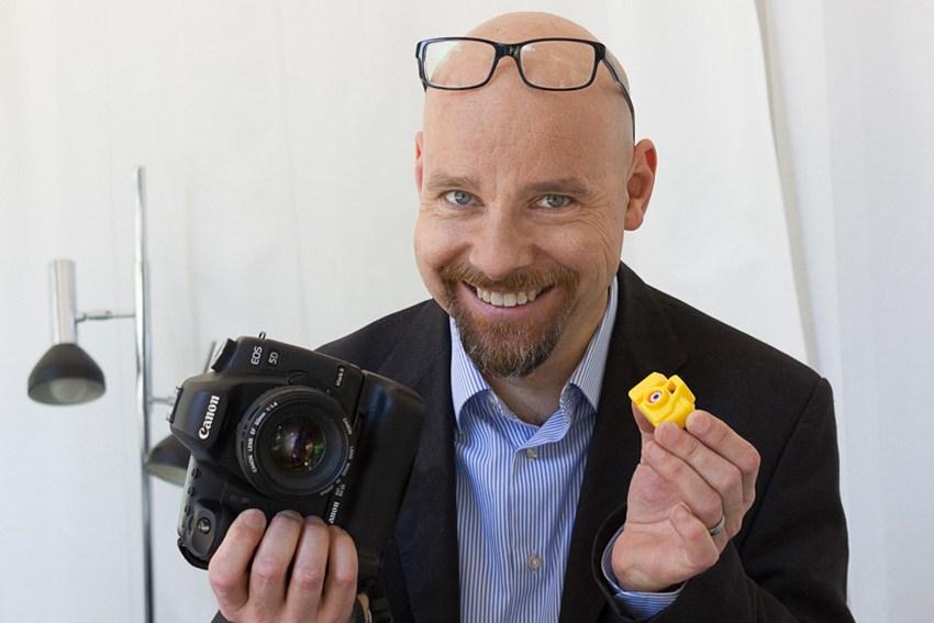 Der Fotograf Bernhardt Link vom Fotostudio Farbtonwerk zeigt seine Kameras