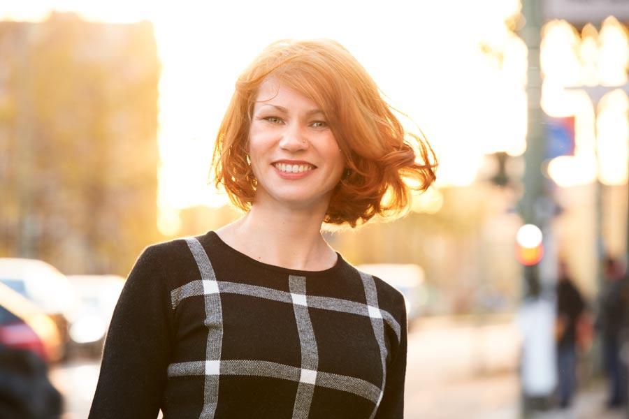 Business-Portrait der Burn-Out Coachin Suzy Roß bei Sonneuntergang in den Straßen von Berlin