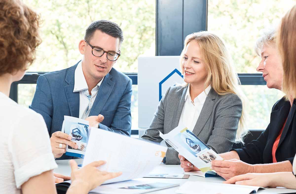 Businessportraits von Sandra Bohrisch, Geschäftsführerin des BVI Bundesfachverbandes der Immobilienverwalter bei einer Besprechung mit Mitarbeitern