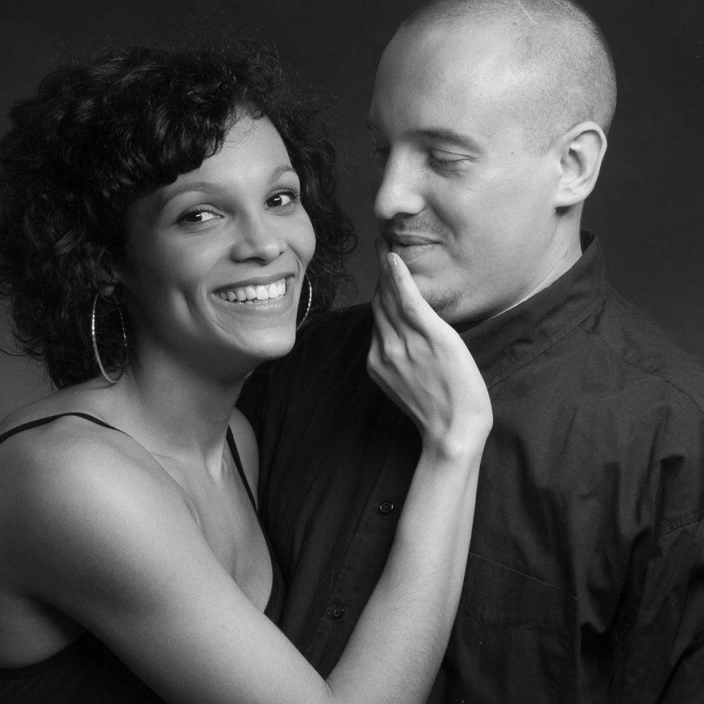 Schwarz-Weiß Foto von einem Paar. Der Mann blickt seine Frau liebevoll an.