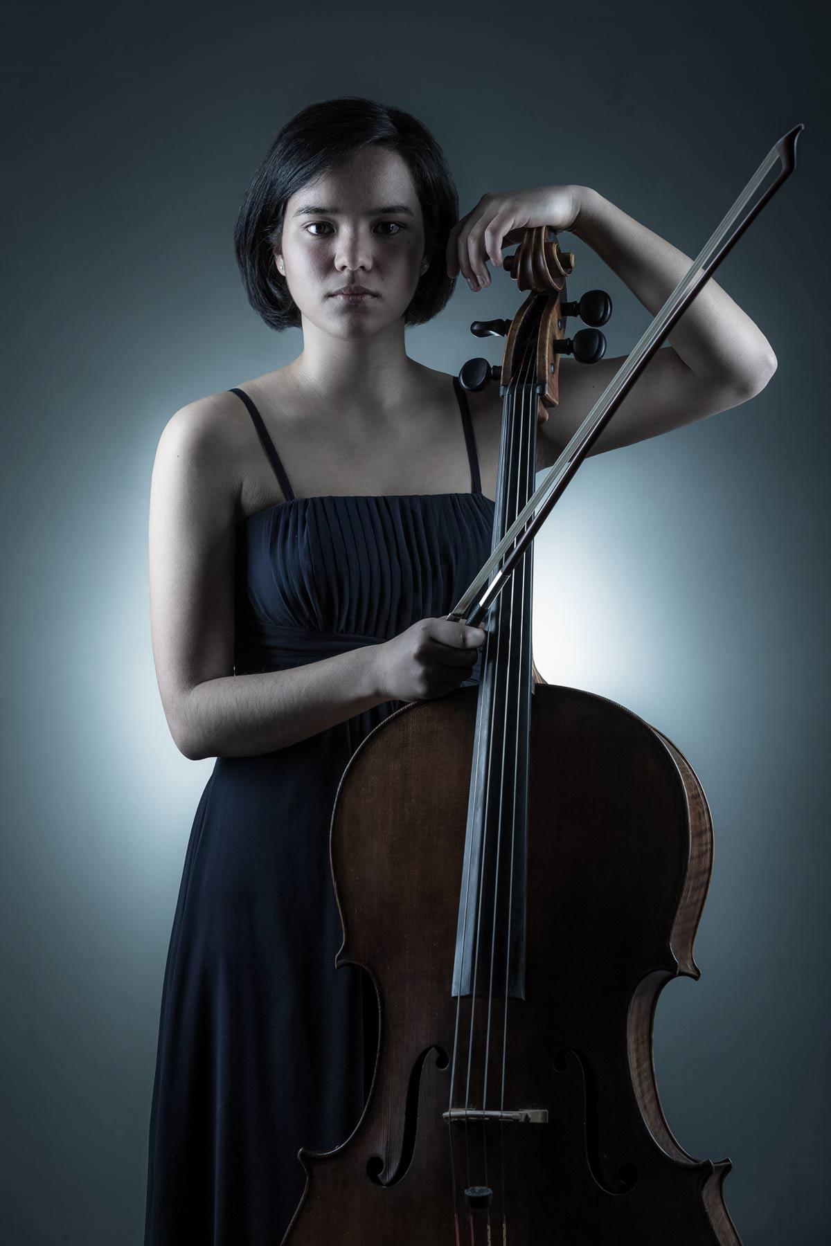 Künstler-Portraitfoto einer jungen, asiatisch aussehenden Cellistin