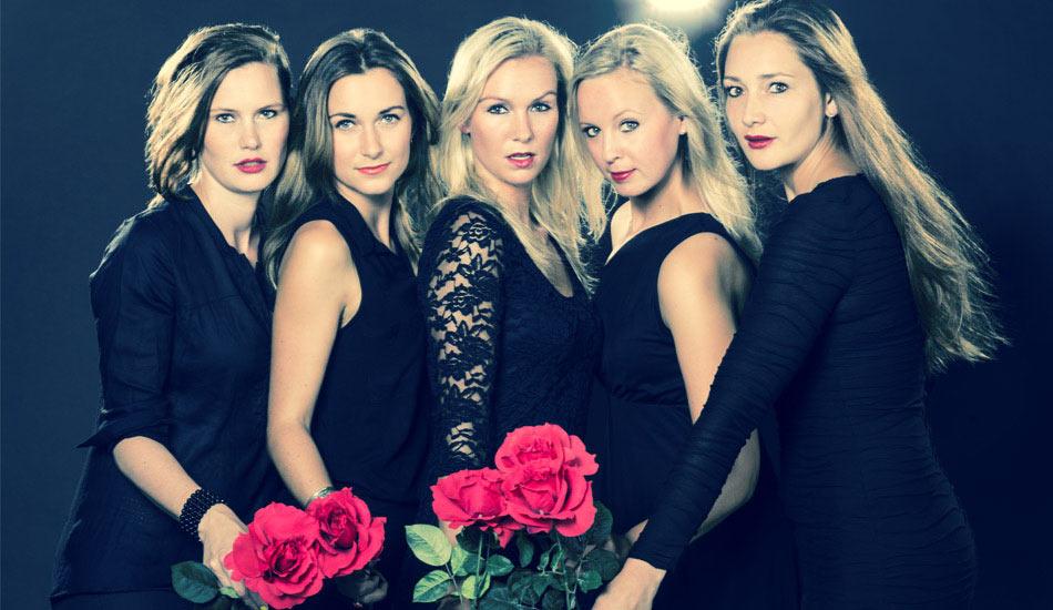 Sexy Junggesellinen beim JGA-Fotoshooting im Studio mit schwarzen Kleidern und roten Rosen