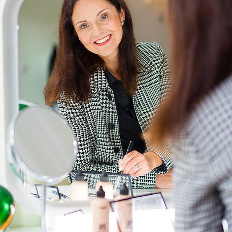 Die Fotografin und Visagistin Mina Link beim schminken im Fotostudio Farbtonwerk