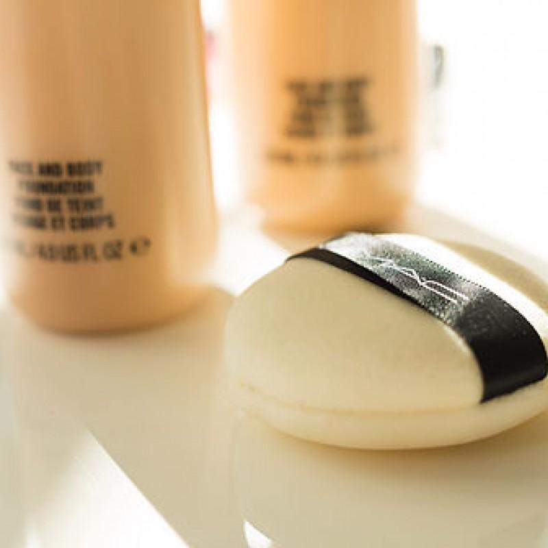 Schwamm und Make-Up von Mac Cosmetics im Fotostudio Farbtonwerk