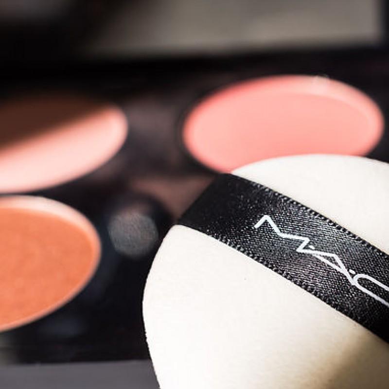 Schwamm und Rouge von Mac Cosmetics beim Fotostudio Farbtonwerk